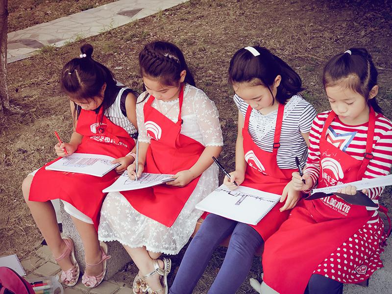 新虹艺少儿美术馆加盟 孩子学习